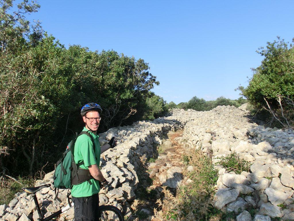 Auf dem Oliven-Wanderweg. Hier endet der Schotterweg, der Trail ist heftig, zu heftig.
