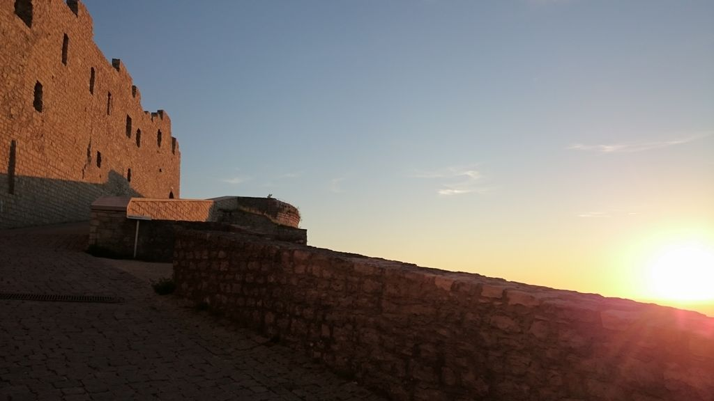Auffahrt zur Burg im letzten Sonnenlicht